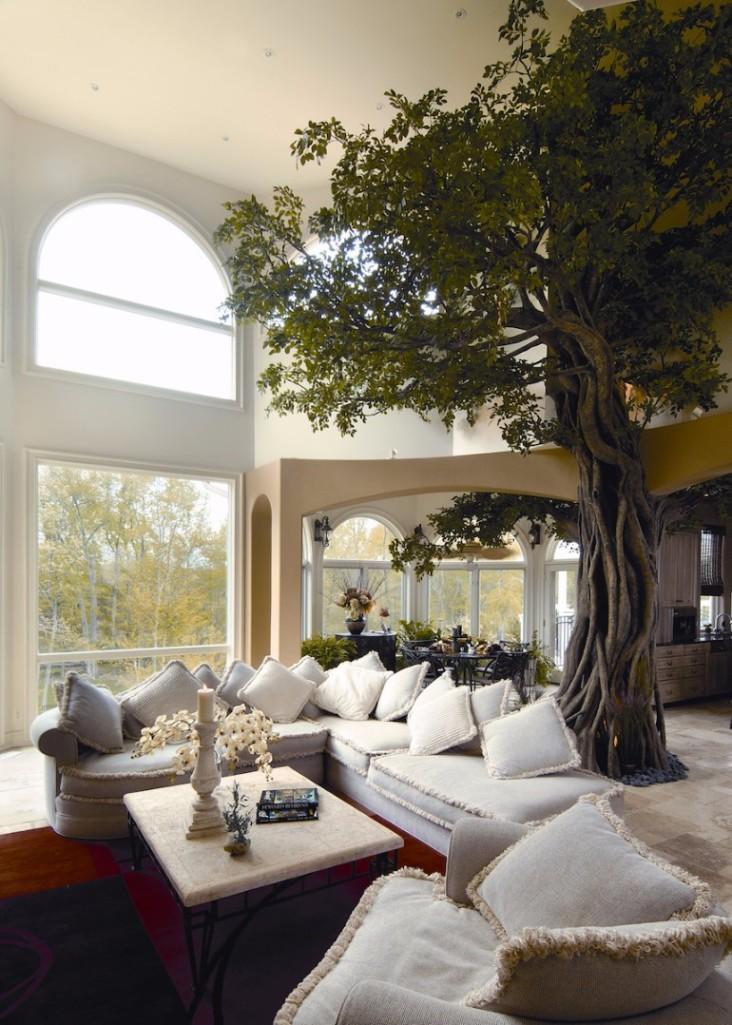 Pokud si nejste jisti, že strom v interiéru vydrží, pořiďte si věrnou napodobeninu.