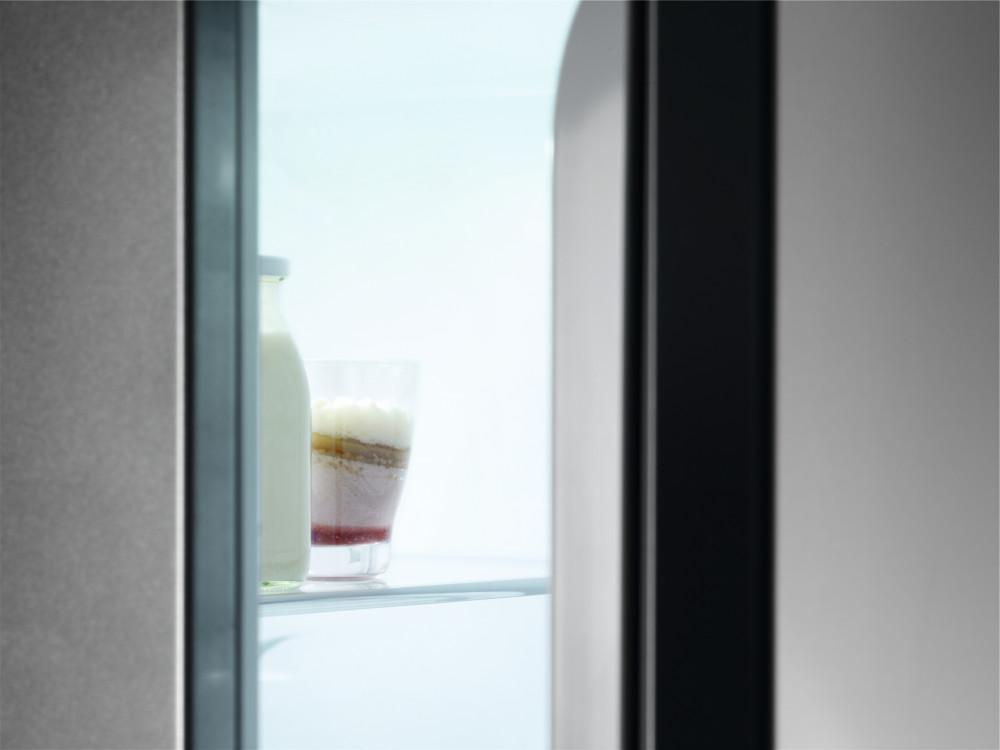 Dveře otevírejte pomocí madla, abyste nezničili těsnění.