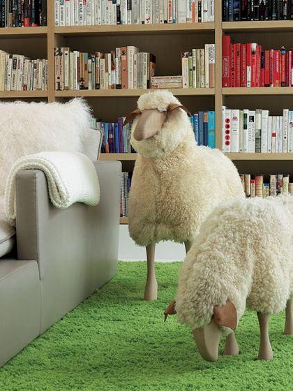 Odvážní a majitelé velkých obývacích pokojů si mohou pořídit i beránka v životní velikosti.
