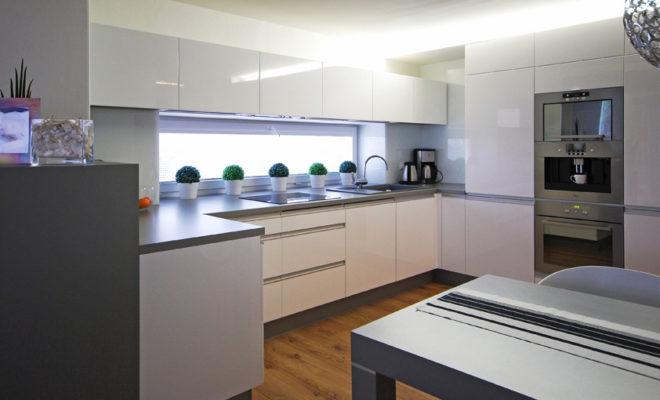 d66b24046bf1 Bílá kuchyně se šedivými doplňky je nadčasová kombinace