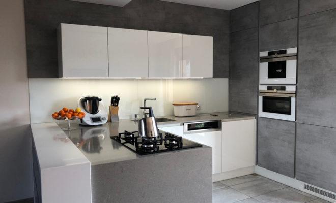 c2a86ee73557 Na návštěvě v moderní kuchyni v šedo-bílém elegantním provedení - HomeInCube