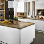 Bílá kuchyně s tmavší pracovní deskou